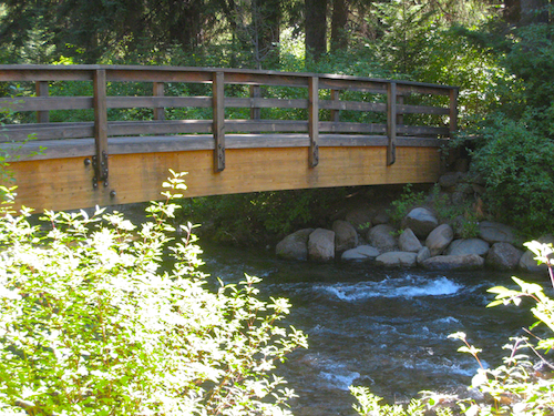 The attractive upper foot bridge at the southern/upstream end of the Shevlin Park Loop Trail
